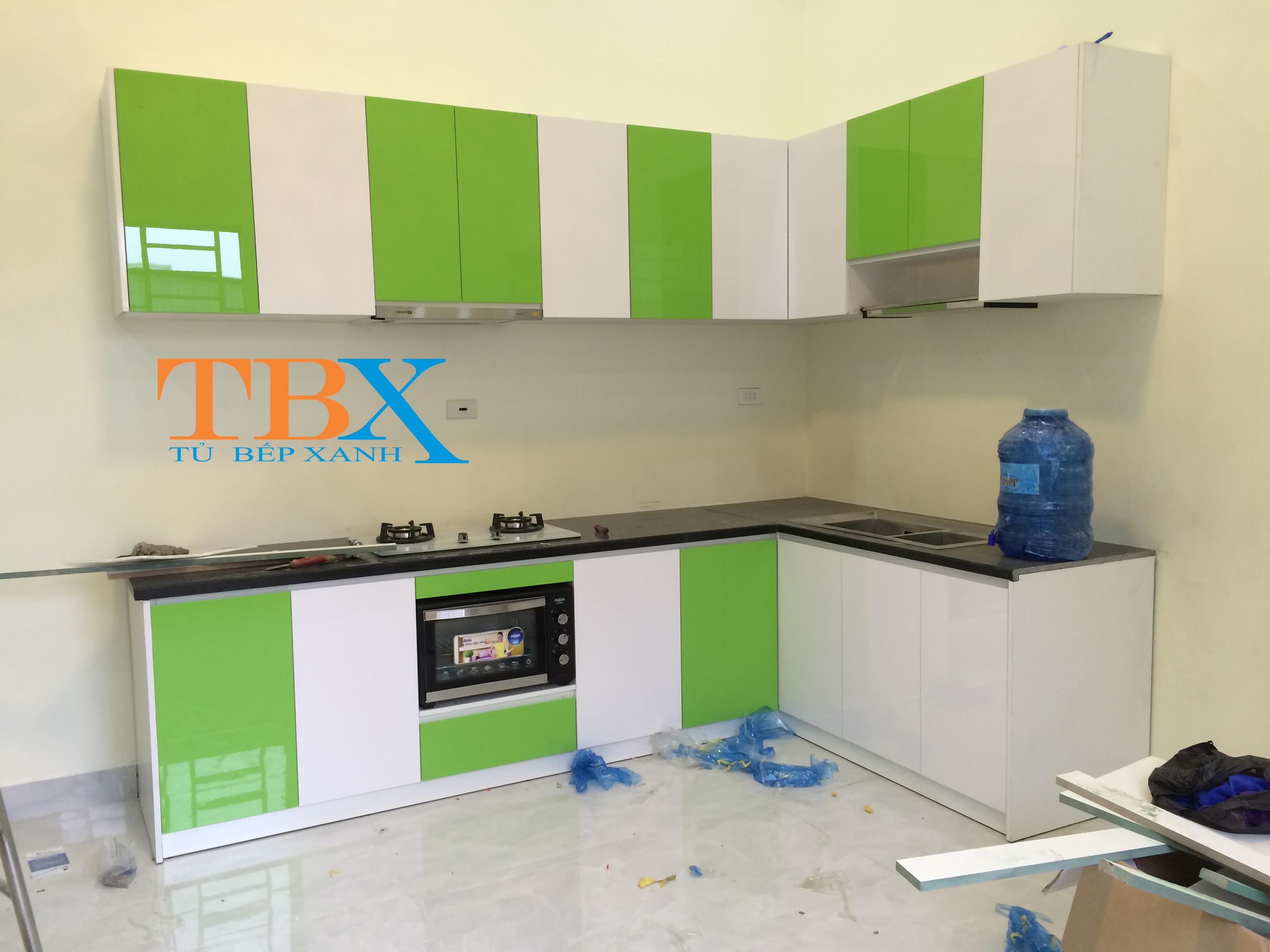 Tủ bếp màu xanh kết hợp trắng bằng acrylic